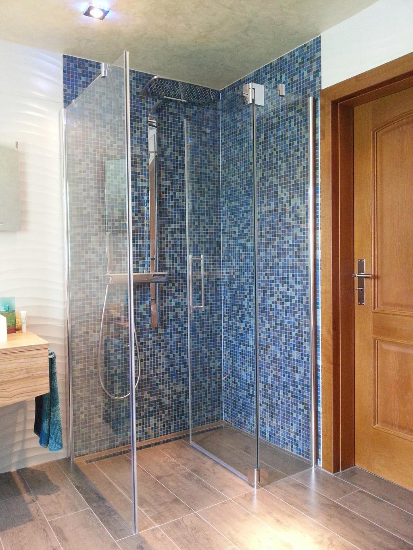 ebenerdige Dusche mit Echtglaskabine im maritimen Stil