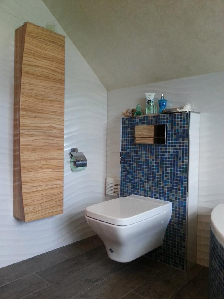 WC in eleganter Form mit verchromter Spültaste