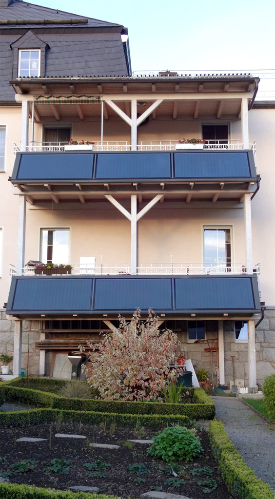 Solarkollektoren am Balkon befestigt