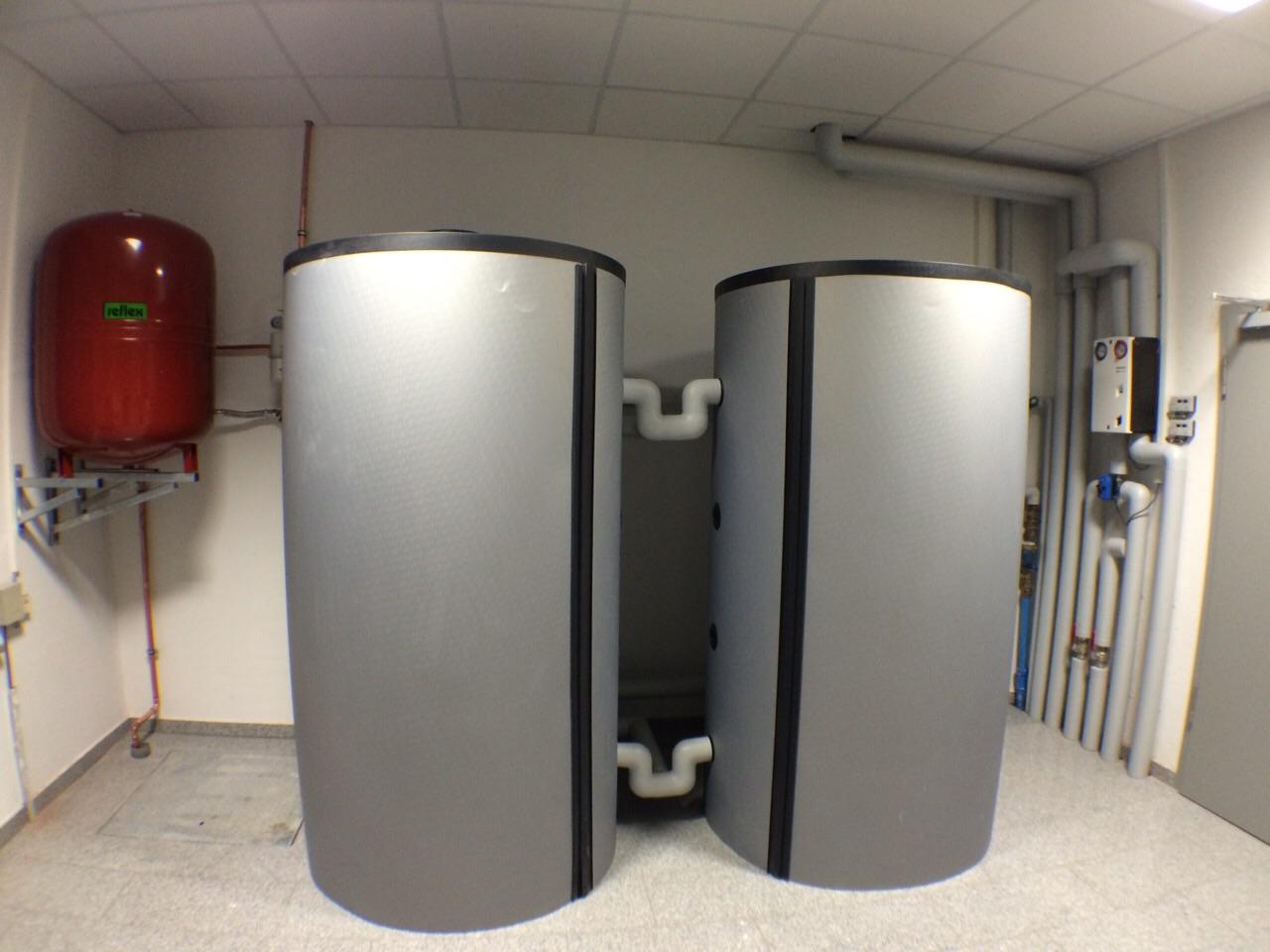 Zwei Pufferspeicher mit jeweils 1500 Litern Heizungswasser zur Speicherung der Abwärme