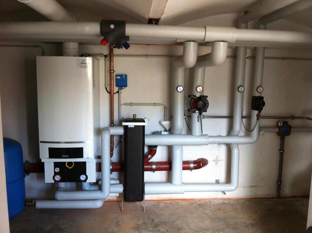 Gasbrennwertgerät (100kW) mit einem Heizkreis und Trinkwassererwärmung