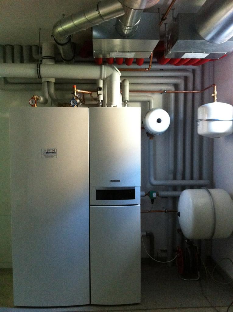 Brennwert- Solartechniksystem mit Trinkwasserspeicher und Wohnraumlüftung