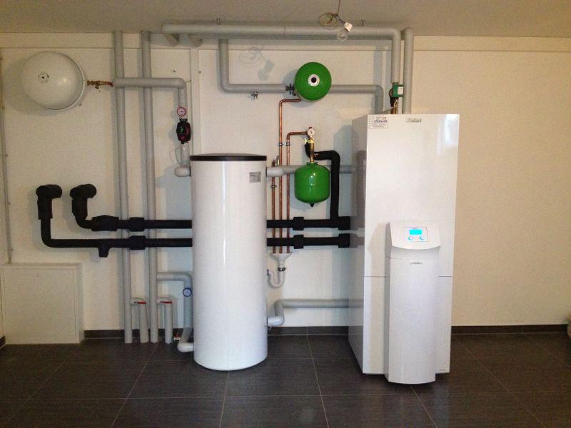 Sole-Wasser-Wärmepumpe mit integriertem Trinkwasserspeicher und einem 200 Liter Pufferspeicher