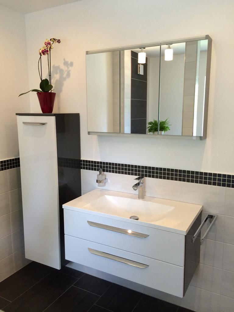 schwarz/weiß Hochglanzbadmöbel mit integriertem Mineralgusswaschtisch