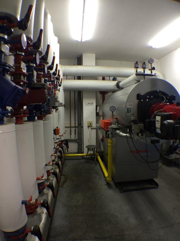 Gasbrennwertkessel (700 kW) zur Versorgung von Produktionshallen