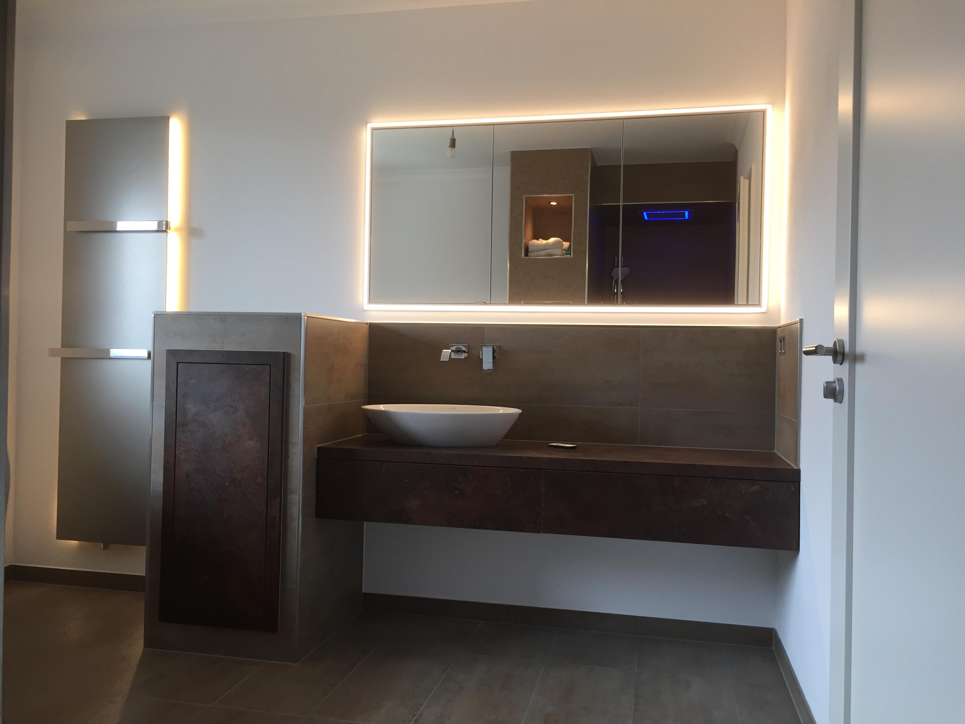 Aufsatzwaschtisch mit Wandarmatur, eingelassenem Spiegelschrank sowie Planbadheizkörper mit Beleuchtung