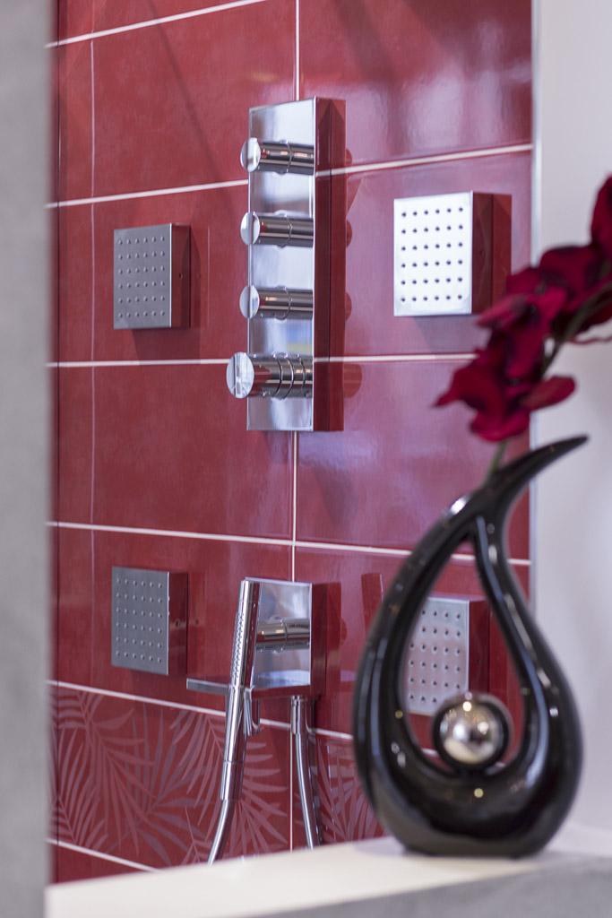 moderne Dusche mit großem Deckenduschkopf und Seitenstrahldüsen