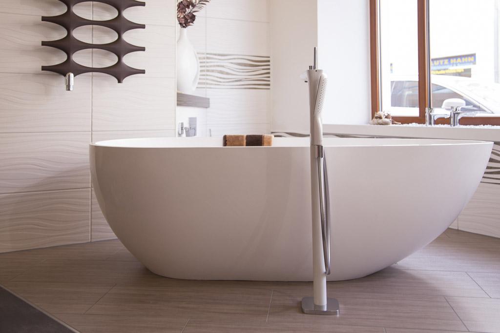 freistehende Badewanne mit bodenstehender Wannenfüllarmatur
