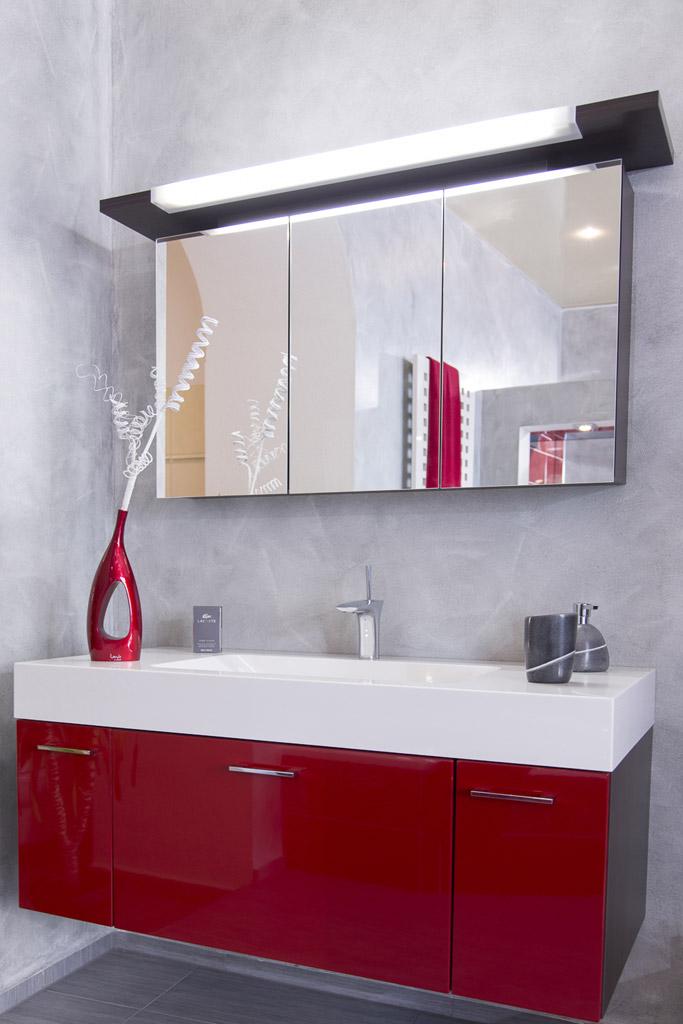 modern, luxuriös, mit rotem Farbakzent