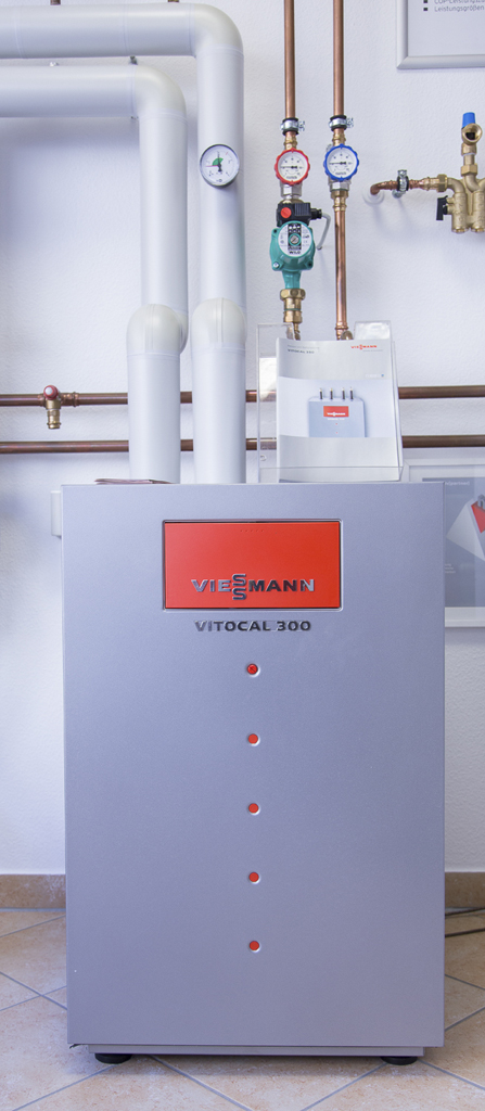 Sole-Wasser-Wärmepumpe mit externem Edelstahl-Trinkwasserspeicher