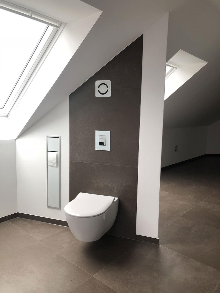 Design WC mit Einbaupapierhalter