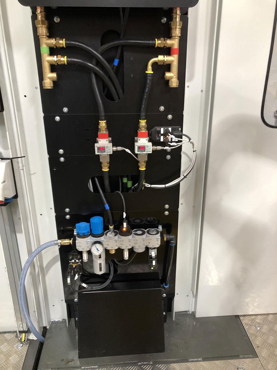 Kühlwasser- und Druckluftanschlüsse
